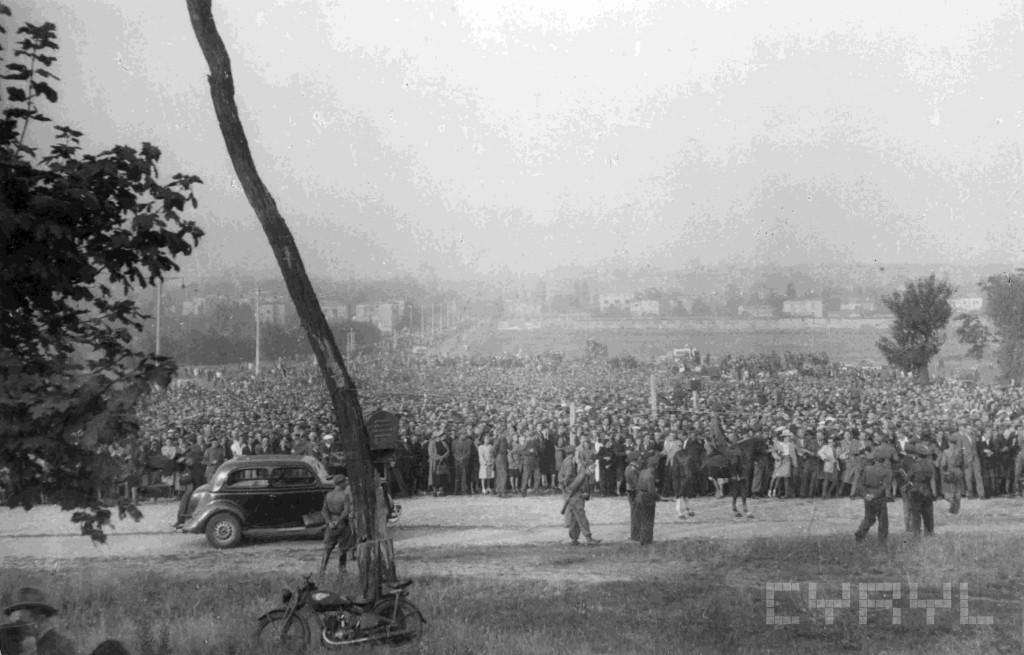 Poznaniacy zgromadzeni na stokach cytadeli w czasie publ.egzekucji A.Greisera 21.7.1946.mala