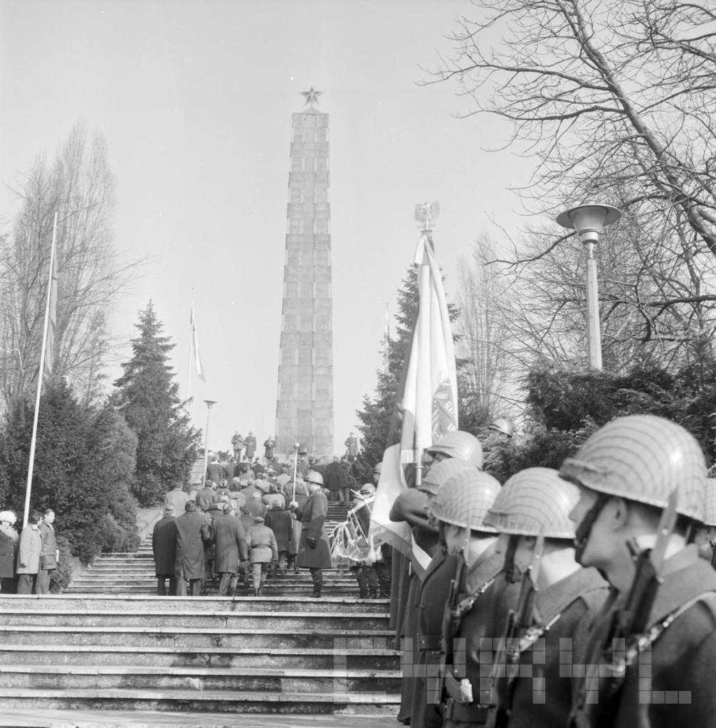 Przedstawiciele KW PZPR w Poz i członkowie delegacji KPZR z Charkowa skład.kwiaty pod Pomnikiem 21.2.1975.mala