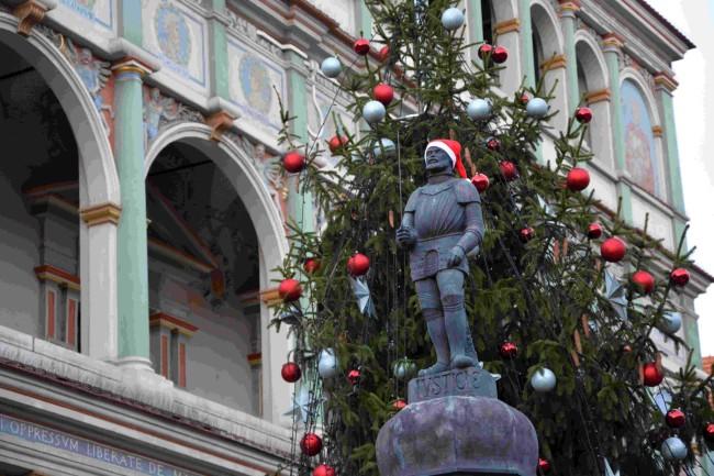 Pręgierz poznański z figurką kata zimą - City Event Poznań
