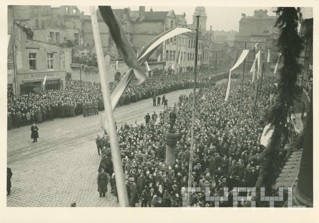Uroczystość.zamieszczenia zabytk.orła na odbud.ze zniszczeń wojenn.wieży ratusz27.12.1945.