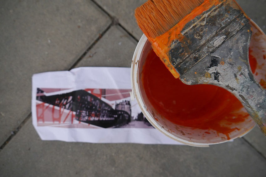 Farba i pędzel, no i pod ręką wydrukowany projekt